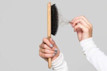 Cum să cureți peria de păr în mod corect