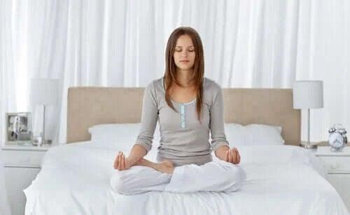 Fată ce practică exerciții de respirație pentru somn mai bun
