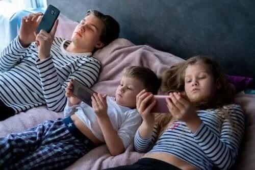 Expunerea excesivă la ecrane a copiilor: consecințe