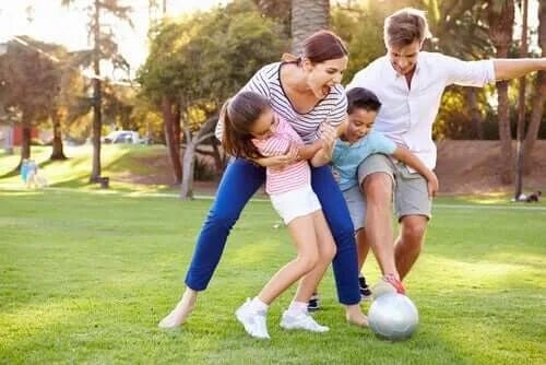 Familie care joacă fotbal