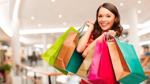 Fată la cumpărături