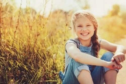 Fată fericită în iarbă