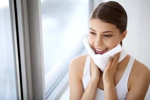 10 motive să-ți îndepărtezi machiajul seara