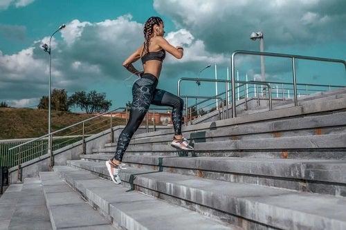 Fată care aleargă pe scări