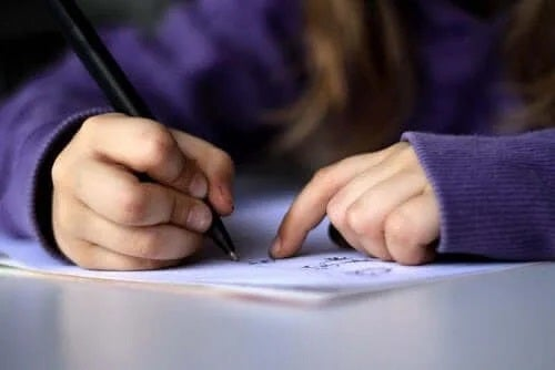 Fată care scrie o scrisoare