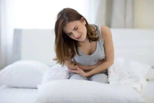 Femeie cu dureri de colon