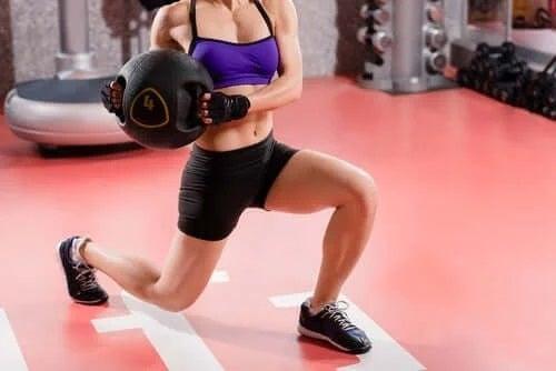 Femeie care se antrenează cu greutăți