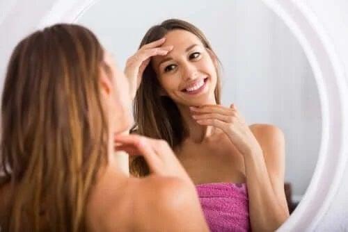 Femeie care se privește în oglindă