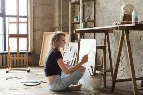 Femeie care pictează