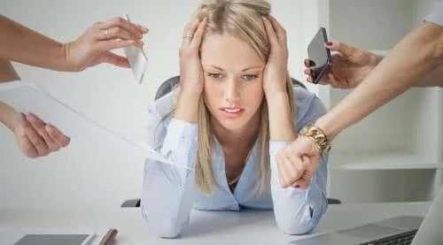 Femeie stresată la serviciu