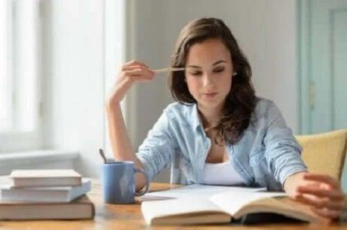 Femeie care studiază intens