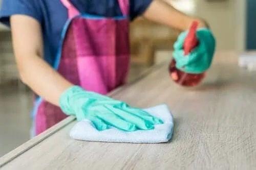 Gospodină care folosește un produs de curățare pentru mobilă natural