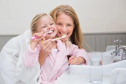 Mamă care încurajează igiena orală la copii