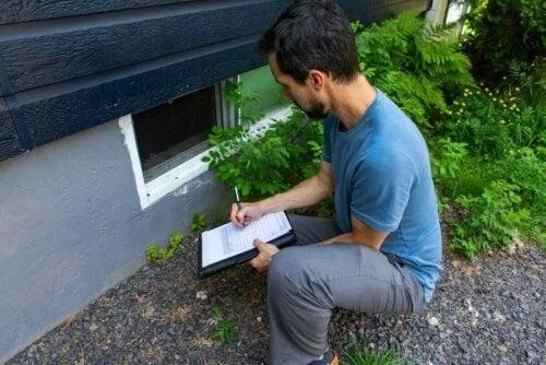 Inspector care verifică o casă