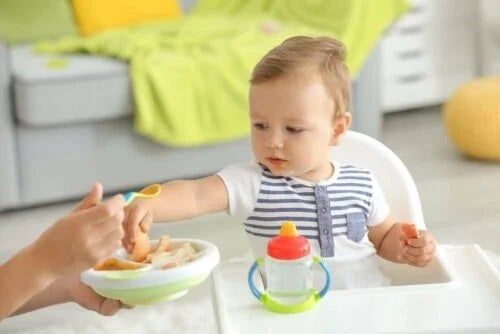 Introducerea alimentelor solide în dieta bebelușului are loc treptat
