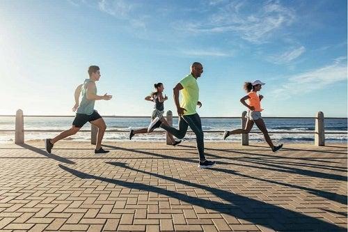 Jogging și alergare pe faleza oceanului