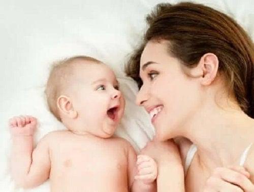 Mamă cu bebelușul ei