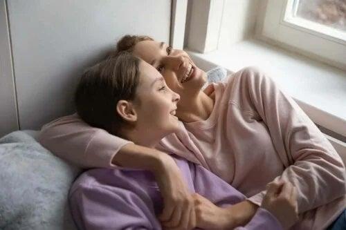 Mamă și fiică râzând împreună