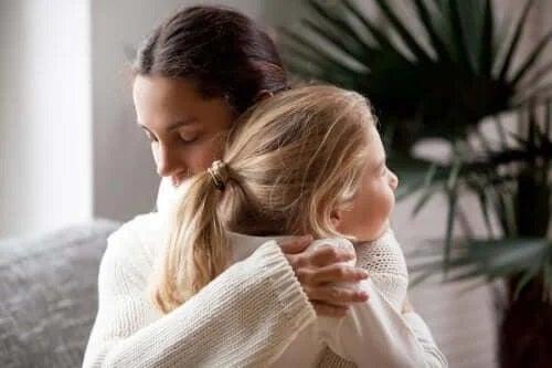 Mamă care încurajează schimbarea școlii la copii