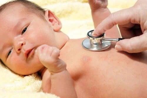 Medic care tratează bolile respiratorii la bebeluși