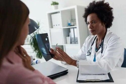 Medic care examinează secrețiile sânilor