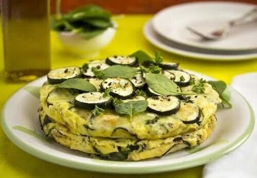 Farfurie cu omletă vegană cu zucchini