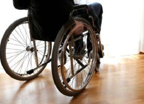 Pacient cu sleroză multiplă în cărucior