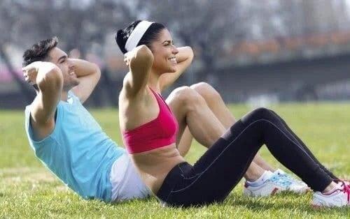 Persoane care fac sport în parc