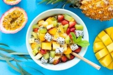 6 rețete de salată de fructe cu ierburi aromatice