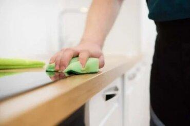 Cum să prepari un produs de curățare pentru mobilă