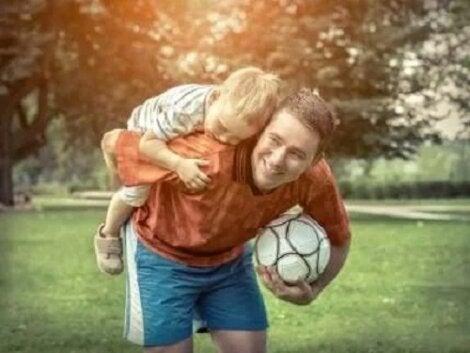 Tată care cară în spate copilul