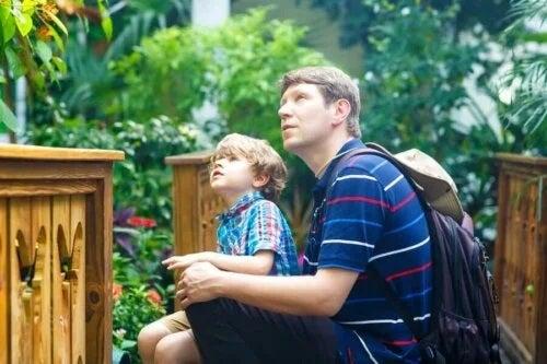 Tată cu copilul la muzeu