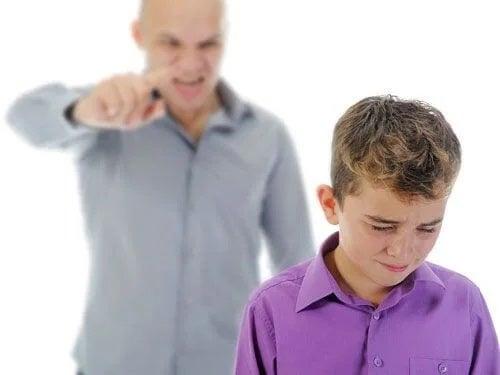 Tată care țipă la copil