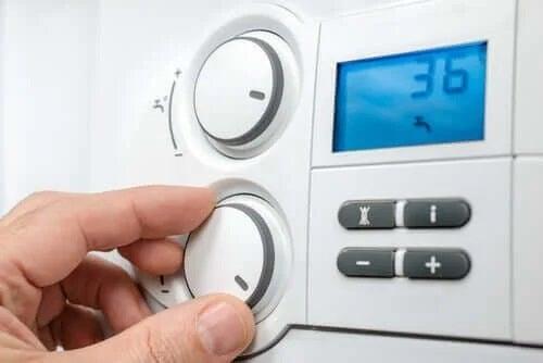 Persoană care reglează un termostat