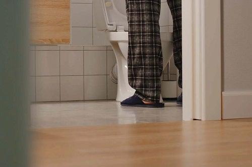 Bărbat la toaletă