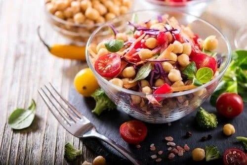 Bol cu salată cu năut
