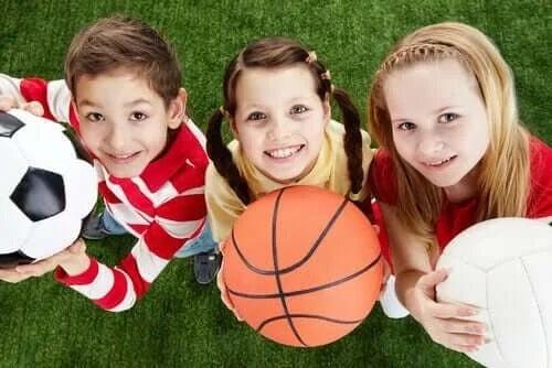 Copii care se joacă cu mingea