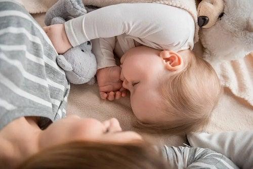 Copiii care dorm cu mamele: o idee bună?