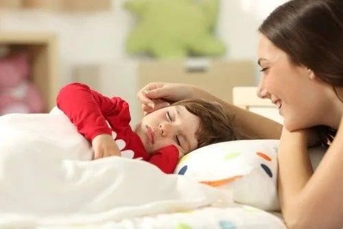 Copiii care dorm cu mamele sunt răsfățați