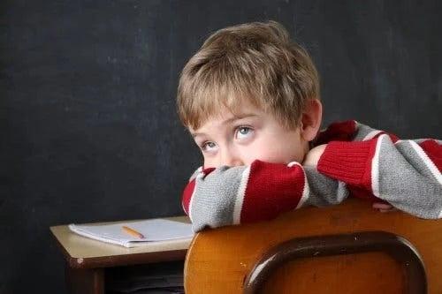 Copil neatent la școală