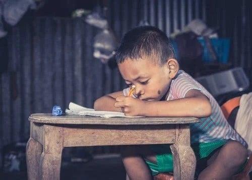 Copil afectat de simptomele tungiazei