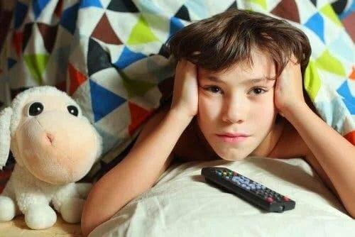 Copil care se uită la televizor