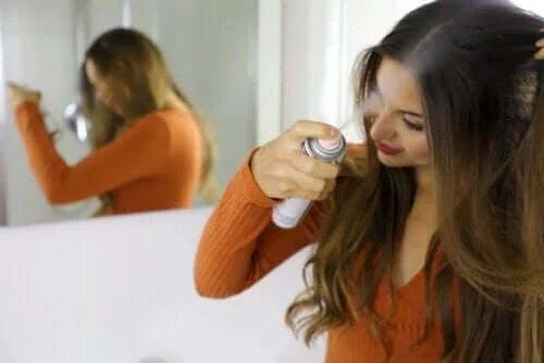 Beneficiile și cum să folosești șamponul uscat