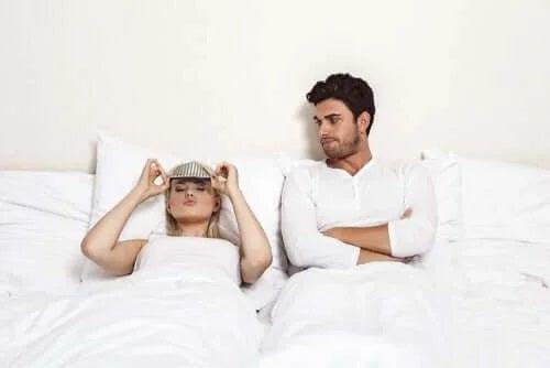 Cuplu ce stă în pat