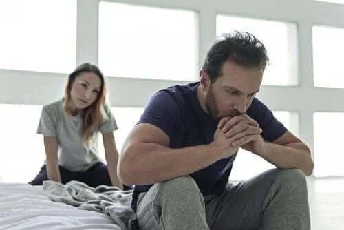 Cuplu care se confruntă cu probleme sexuale masculine