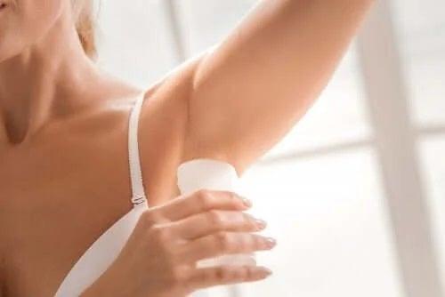 Aplicarea de deodorante naturale fără chimicale