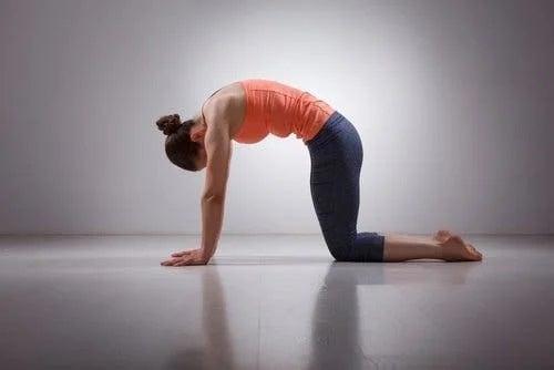 Fată care face exerciții pentru prevenirea durerii de spate