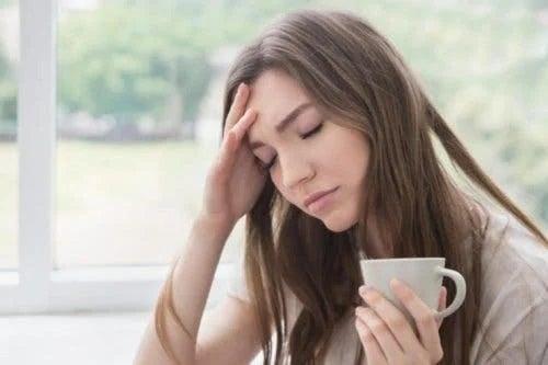Fată care bea ceai de lavandă