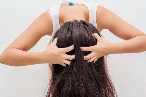 Fată care știe cum să folosești șamponul uscat