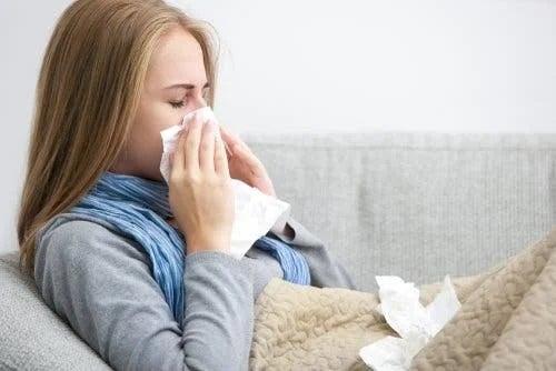 Fată care are gripă